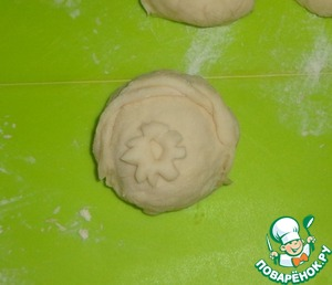 Сверху булочки украшаем на свое усмотрение из остатков теста.   Булочки смазываем яичным желтком и отправляем в духовку. Температура духовки - 200 градусов. Булочки выпекаются около 45 минут.   К столу подаем булочки в теплом виде.      Приятного аппетита!