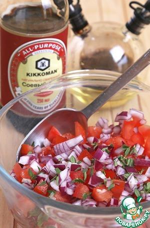 Тем временем сделаем томатную сальсу. Для этого извлекаем из помидоров семечки, режем мелкими кубиками, добавляем измельченный лук, листься тимьяна (это у меня) или кинзы (это в оигинале), уксус, масло и соевый соус, переиешиваем и отставляем в сторону до подачи.
