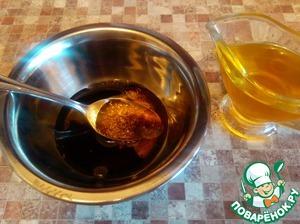 Для заправки смешиваем бальзамический уксус, соль, мед и рыжиковое масло. При желании добавляем молотый перец