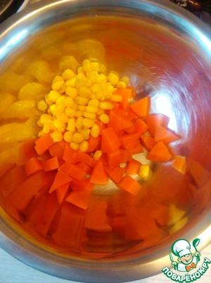 Нарезаем морковь, добавляем кукурузу