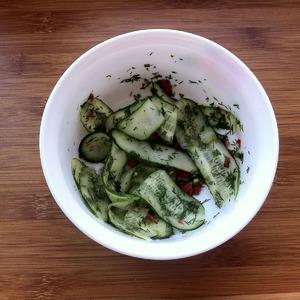 Огурцы нарезать ленточками при помощи овощечистки. Добавить мелко нарезанный перец чили и укроп. Для заправки смешать сок лайма, оливковое масло, рисовый уксус, соль и тертый имбирь.
