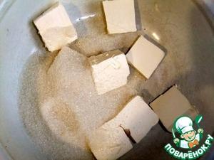 Сначала приготовить песочное тесто: Масло взбить с сахаром, добавить яйцо и еще раз взбить.
