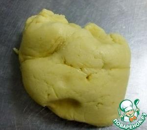 Муку смешать с разрыхлителем и соединить со взбитой массой. Замесить мягкое, пластичное тесто и отправить на час в холодильник. Муки может уйти чуть больше или меньше, в зависимости от ее качества.