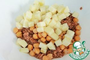 В салатнике соединяем нут, тунец и яблоки. Добавляем по вкусу соль и перец. Заправляем оливковым маслом, у меня тунец был в масле поэтому масла и соли я не добавляла.