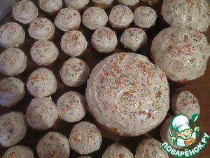 Для глазури взбиваем белки с сахаром до крутых пиков и смазываем еще горячие куличи.