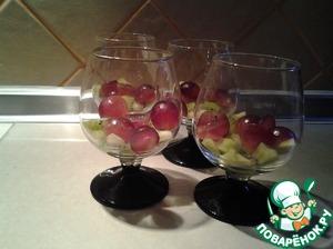 В бокалы поместить кусочки фруктов. Выложить сверху приготовленный крем.