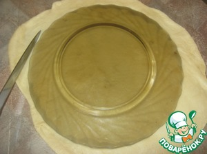 Тесто раскатываем, вырезаем круг из тарелки (обеденной)