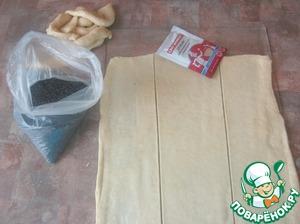 Раскатываем тесто в тонкий пласт, делаем полоски шириной примерно 7см,