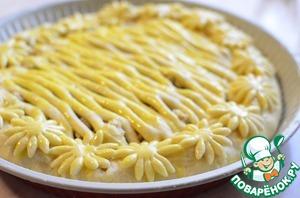 Обмазать пирог желтком ( я в желток добавляю 1 чайную ложку воды). И выпекать в предварительно разогретом духовом шкафу до 180 градусов примерно 35 минут.
