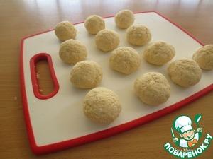 Вымешать творожное тесто. Разделить его на равные части, скатать шарики.