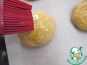 Из теста сформируйте булочки. Получается 6 шт. Аккуратно кисточкой обмажьте оливковым маслом
