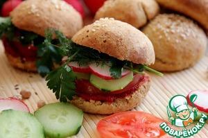 Выложите овощи помидор, огурец, редис и зелень.   Вот и готово!