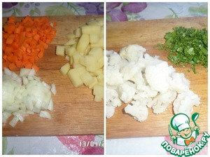 Wash and peel vegetables and herbs. Cut the potatoes and carrot cubes. Cauliflower disassemble on inflorescences. Onions and greens finely chop.
