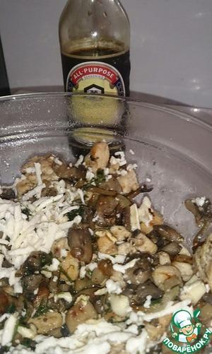 В начинку добавить тертый сыр, чеснок (выдавить через пресс), соевый соус и зелень. Поперчить и посолить.