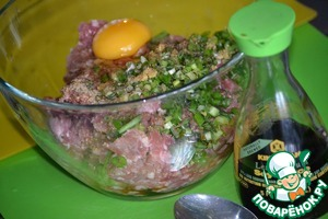 We will prepare the stuffing. I have homemade beef and homemade pork. Add the soy sauce Kikkoman, ginger three on a small grater, finely chopped onion, parsley, egg, garlic pepper, salt. Knead well the minced meat and leave to infuse with spices.