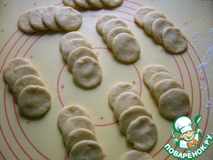 Extra dough to clean, roll into a ball. Of the resulting circles folded lap 4 PCs