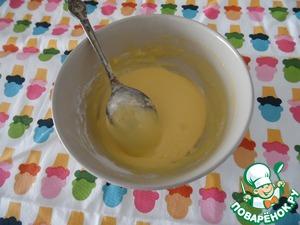 В миску насыпать крахмал и муку Добавить в сухую смесь желтки и перемешать венчиком, до однородности.