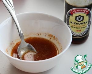 Выжать сок половины небольшого лимона, смешать с соевым соусом и красным жгучим перцем.