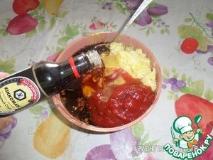 В отдельной чашке готовим наш маринад для мяса. Смешиваем измельченный лук, лимон, томатную пасту, горчицу. Добавляем соевый соус и смесь перцев.