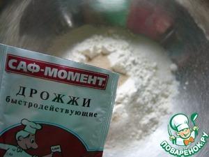 """В миску просеять муку, добавить сахар, соль, сухие дрожжи ТМ""""Саф-момент""""и всё перемешать"""