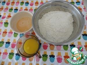 Пока опара бродит, просеять в миску муку, растопить масло, 1 яйцо взбить с солью.