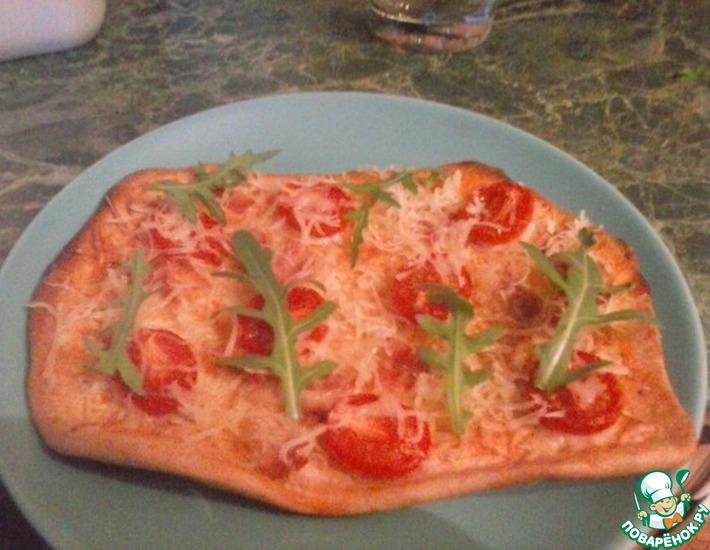 Рецепт: Пицца с беконом, черри и рукколой