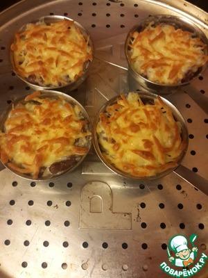 Посыпаем сыром и запекаем в духовке до зарумянивания сыра