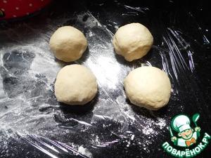 Берём тесто и делим на кусочки 60-65г. Скатываем каждый в шарик