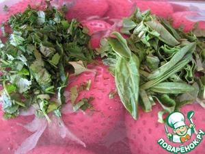 Щавель нарезать соломкой, если мелкие оставьте так, зелень порубите