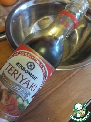 """Добавляем соус-маринад Терияки """"Киккоман"""", соль, мускатный орех и оливковое масло"""