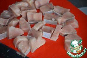 Готовим филе кеты, брюшко отрезаем, оно тонкое для шашлычка, основную часть нарезаем на кусочки, примерно 4 мм толщиной.