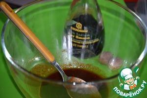Займемся маринадом для рыбы. В миске смешаем соевый соус Kikkoman, натертый на терке мускатный орех, сок лайма, чесночный перец, паприку и мед.
