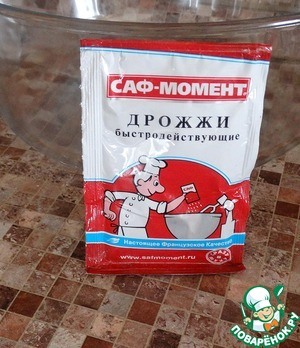 To prepare the dough today, we use the yeast SAF-MOMENT that you see in this picture.