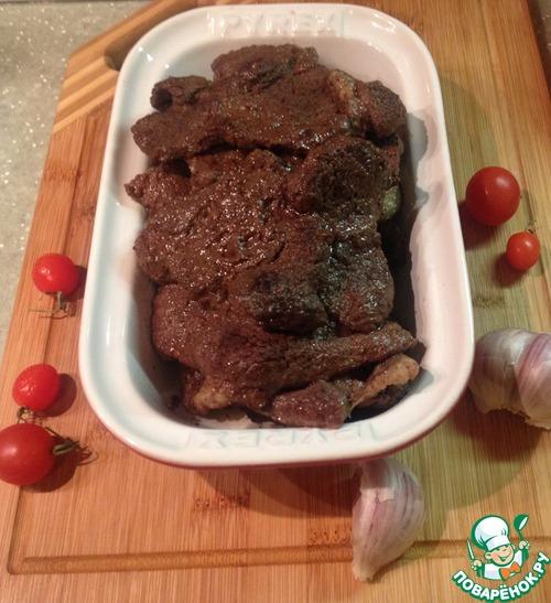 Мясо при комнатной температуре выдержать до 5 дней, после чего переложить в другую чистую кадку, покрыть марлей и перенести в прохладное место.