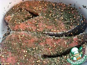И обсыпать ими стейки и смазать оливковым маслом со всех сторон.
