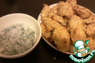 Рецепт: Нежная курочка в сыре и чипсах с легким соусом