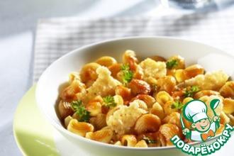 Рецепт: Пипе ригате с чипсами из пармезана и соусом базилико