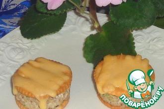 Рецепт: Крекер с начинкой под сырной шапочкой