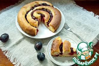 Рецепт: Пирог-улитка со сливами и творогом