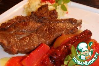 Рецепт: Порционная свиная шея с яблочно-сливовым соусом
