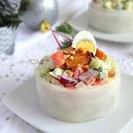Овощной салат с копченой семгой