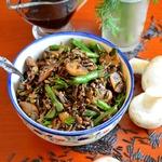 Теплый салат с рисом, грибами и фасолью