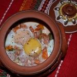 Запечённые яйца в горшочках