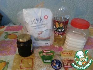 Берём миску, просеять туда муку, добавить дрожжи, соль, сахар, масло растительное, воду и замесить тесто.