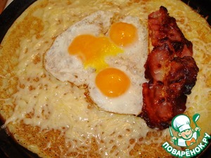 In the middle put the eggs, slices of bacon.