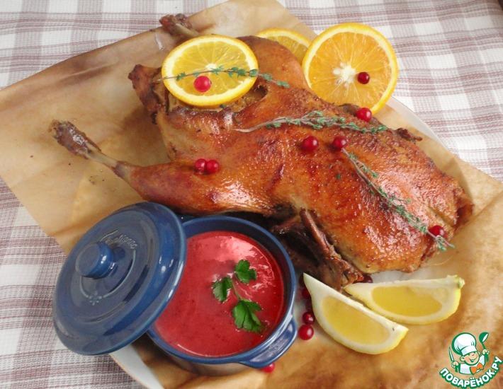 Рецепт: Утка с яблоками и клюквенным соусом