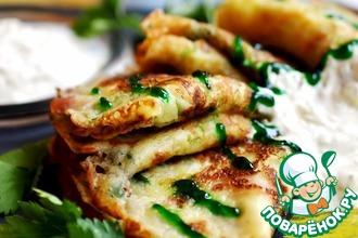 Рецепт: Блины с беконом под сырным соусом Пивные