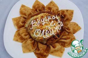 Ставим пирог в хорошо разогретую духовку (можно под верхний гриль)   минут на 5 - 7 (зависит от духовки) до зарумянивания верха.   За это время заливка скрепит пирог, а сыр внутри расплавится.   Готовый пирог вынимаем на тарелку. Украшаем по желанию.   Сырный пирог получился, нежный с небольшой хрусткостью грибов.   Приятного вам аппетита и веселой масленицы.