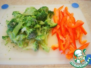 Broccoli divided into small florets. Pepper cut into strips.