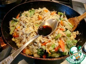 Mix eggs with rice, vegetables and shrimp. Tuck in soy sauce and tangerine juice.